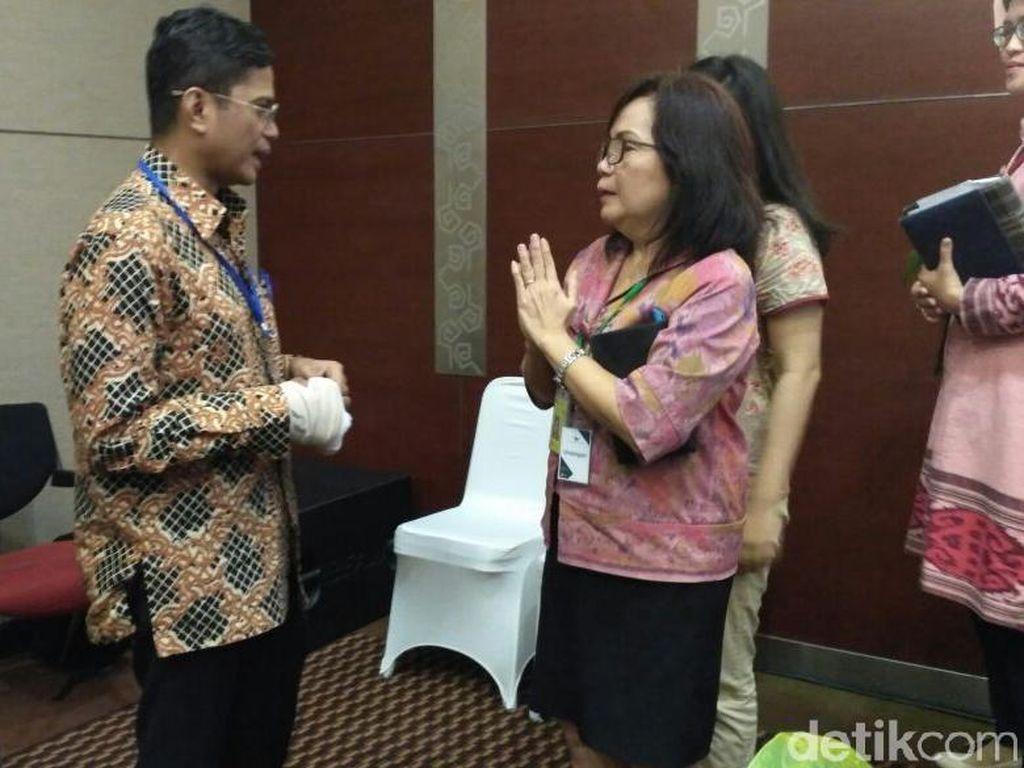 Pahala tampak bersalaman dengan para karyawan Garuda Indonesia. Foto: Achmad Dwi Afriyadi