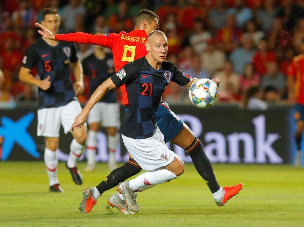 Damagoj Vida tak mampu mengadang Rodrigo. Penyerang nomor 9 timnas Spanyol membukukan satu gol. (Foto: Heino Kalis/Reuters)