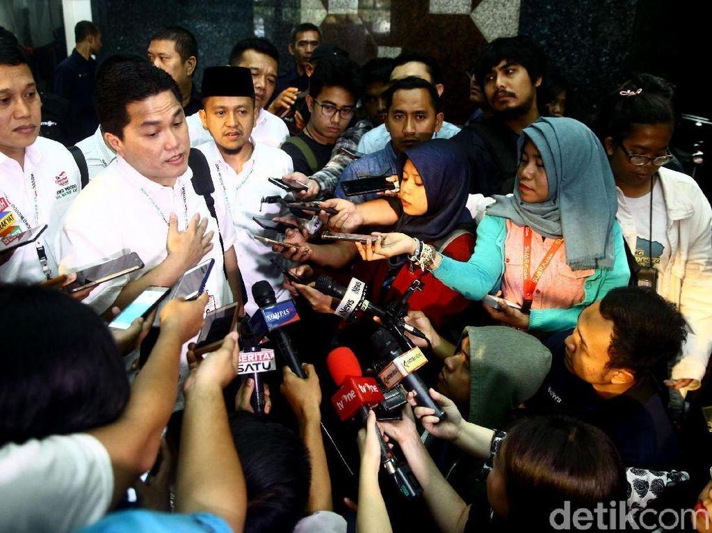 Erick Thohir saat menjawab pertanyaan dari para awak media.