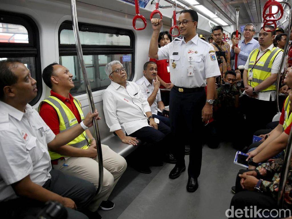 Gubernur DKI Jakarta Anies Baswedan menjajal LRT Velodrome-Kelapa Gading dalam uji coba terbatas tahap I di Stasiun LRT Velodrome, Rawamangun, Jakarta, Rabu (12/9/2018).