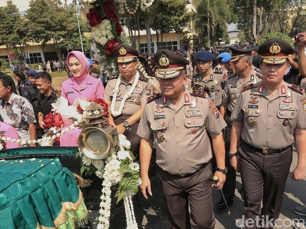 Ditemani sang istri, Machfud tampak sumringah sembarimelempar senyum kepada para polisi yang berjajar/Foto: Istimewa