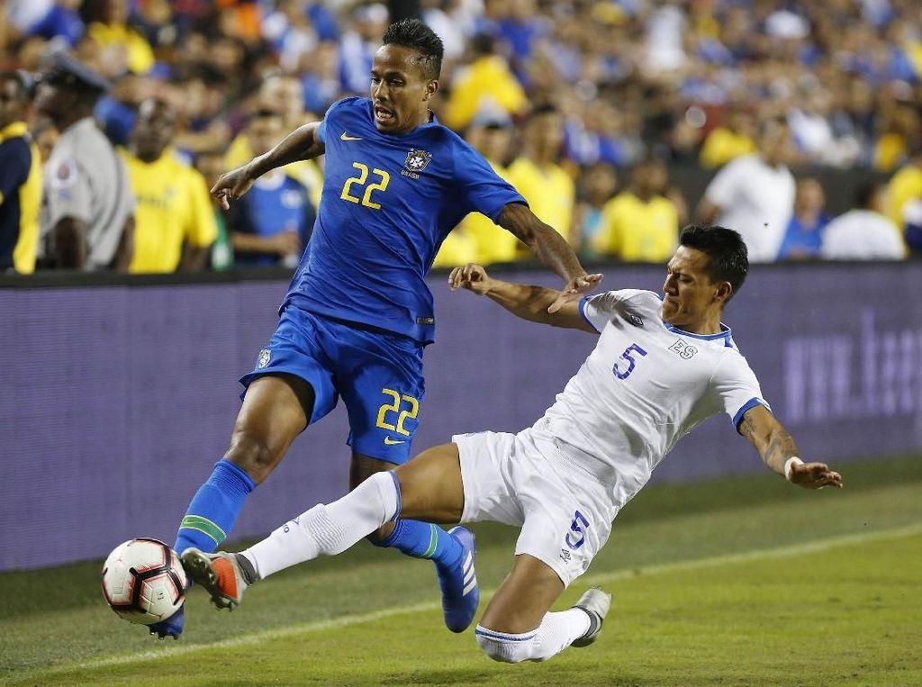 Brasil menggempur pertahanan El Savador lewat Eder Militao. Geoff Burke/ USA Today Sports/Reuters.