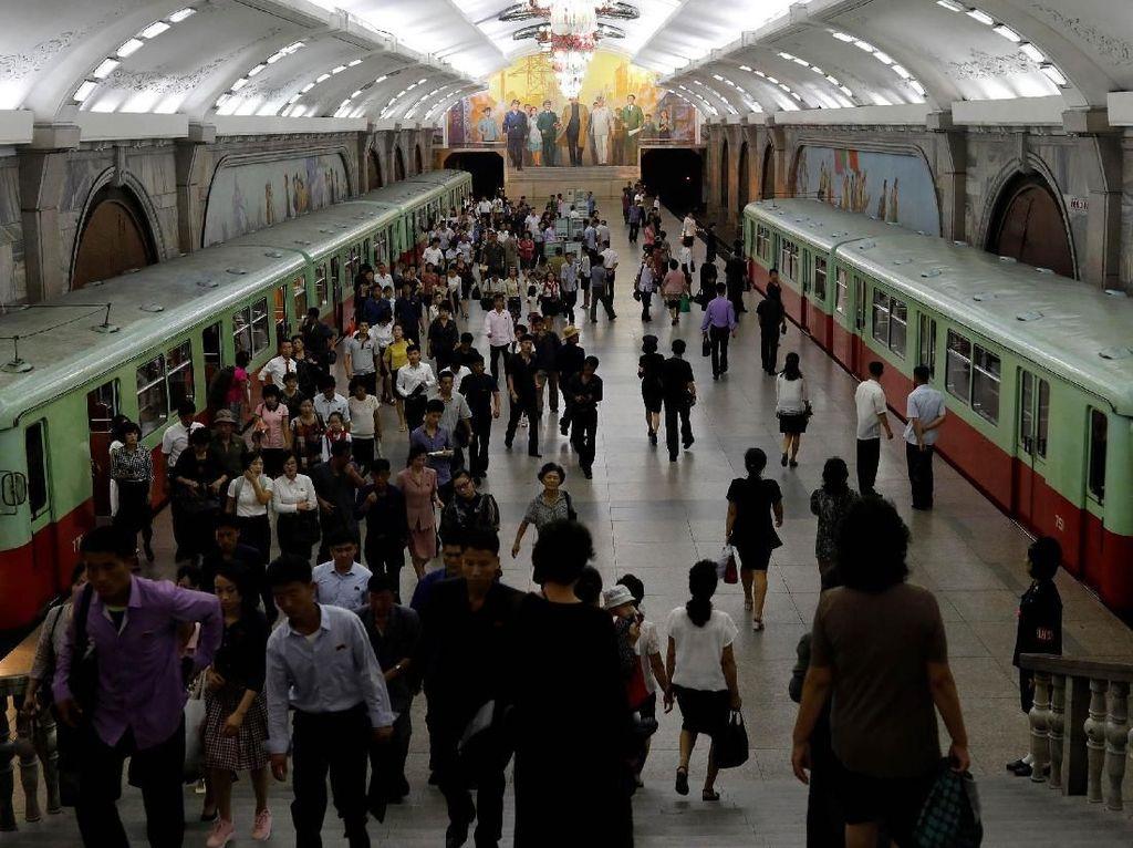 Para penumpang ramai-ramai turun dari kereta saat tiba di stasiun bawah tanah Pyongyang, Korea Utara. Reuters/Danish Siddiqui.