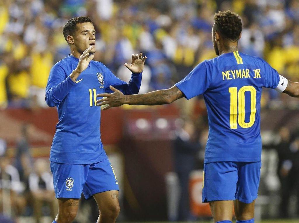 Philippe Coutinho merayakan gol bersama Neymar. Pemain bernomor punggung 11 itu turut menyumbangkan satu gol untuk Brasil di menit ke-30. Geoff Burke/ USA Today Sports/Reuters.