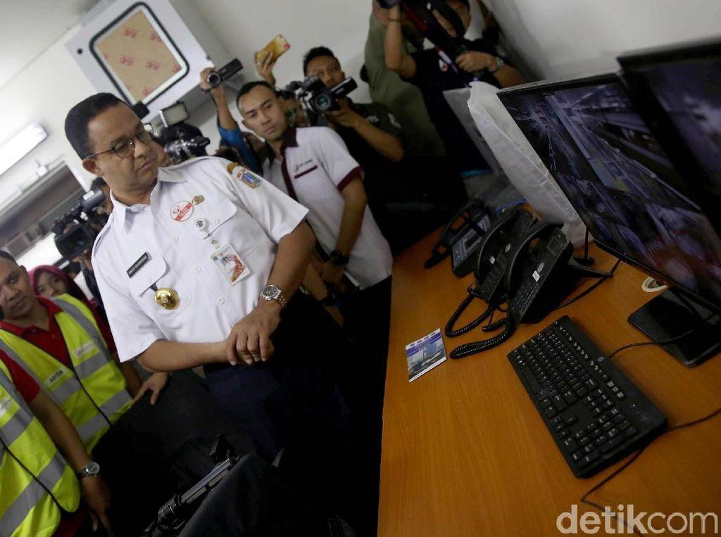 Anies pun tak ketinggalan memantau ruang operasional petugas LRT di Stasiun Velodrome, Rawamangun, Jakarta Timur.
