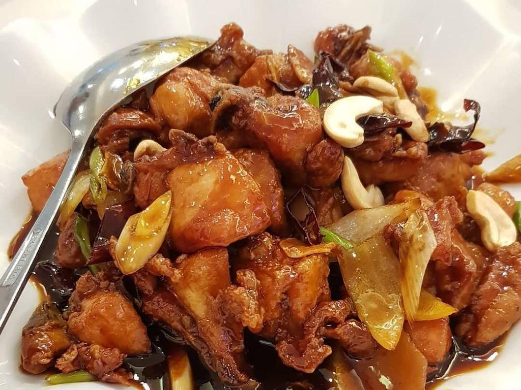 Kalau di Indonesia, sajian Kung Pao Chicken lebih ke pedas manis. Warnanya juga lebih cokelat, lengkap dengan irisan daun bawang dan kacang mete.
