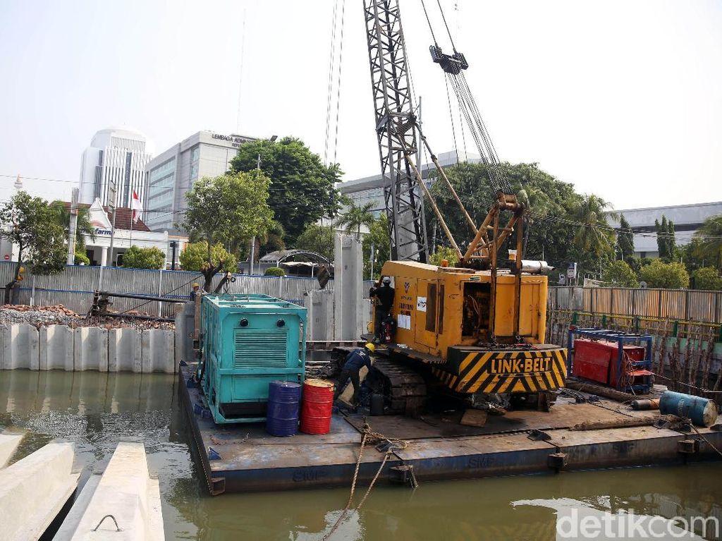 Proses revitalisasi Sungai Ciliwung ini pun terus dikebut pengerjaannya agar dapat selesai sebelum musim hujan tiba di Jakarta.