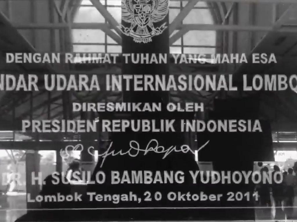 Prasasti terdapat di salah satu sisi bandara Lombok. Foto: Screenshot Video Hinca Pandjaitan