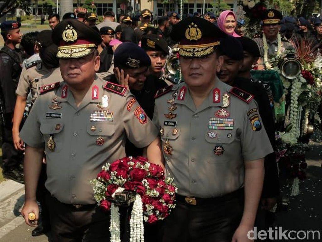 Kapolda Jatim baru Irjen Pol Luki Hermawan bersama Wakapolda Jatim Brigjen Pol M Iqbal turut melepas Irjen Pol Machfud Arifin.Foto: Istimewa