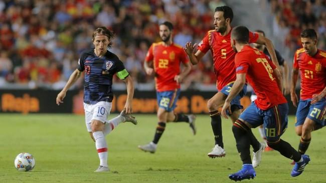 Luka Modric tak bisa mengangkat performa Kroasia dalam laga lawan Spanyol. Kroasia benar-benar tak sanggup mengimbangi Spanyol. (REUTERS/Heino Kalis)