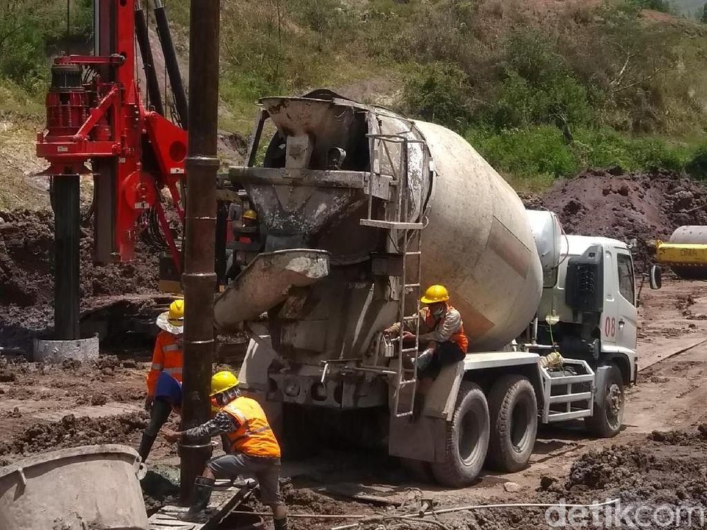 Bandara Buntu Kunik 30 kilometer dari pusat Kota Tana Toraja. Pembangunan awal bandara ini telah dikerjakan sejak 2011, sempat terhenti, dan kini dilanjutkan kembali. Ditargetkan selesai pada akhir 2019. Tidak mudah (membangun). Ada gunung sungai, struktur berat dan pekerjaan harus lama, kata Menhub Budi Karya.