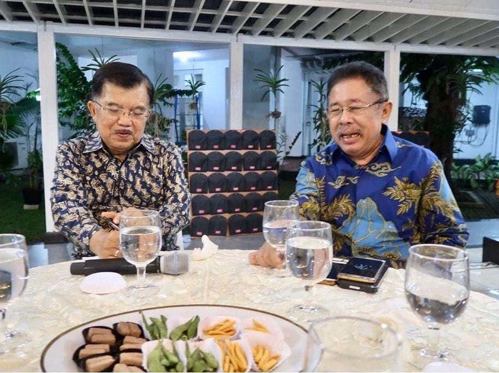 Pria berdarah Sumatera Barat yang lahir 25 September 1952 ini terbilang dekat dengan beberapa tokoh politik. Ini momennya saat makan malam bersama Jusuf Kalla. Foto: instagram & twitter Karni Ilyas