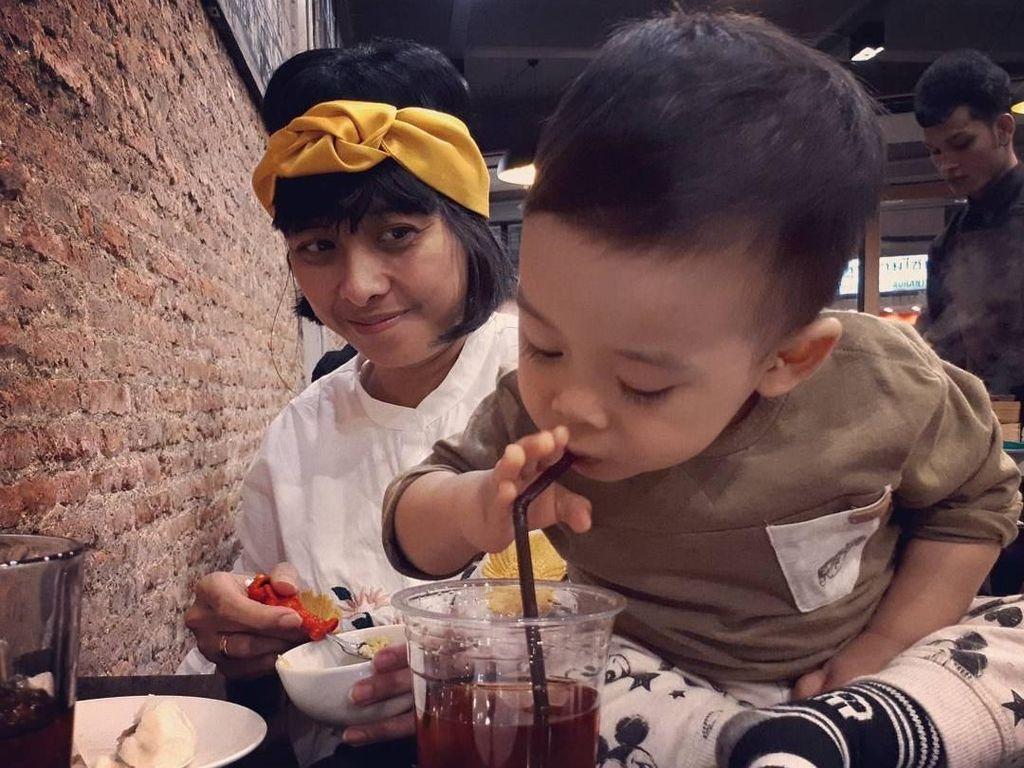 Tak hanya bersama rekan kerja, Angga juga kerap kulineran bareng keluarganya. Begini nih hasil jepretan Angga saat ia dan keluarga kecilnya makan di China Town, Bangkok. Gemasnya! Foto: Instagram anggasasongko