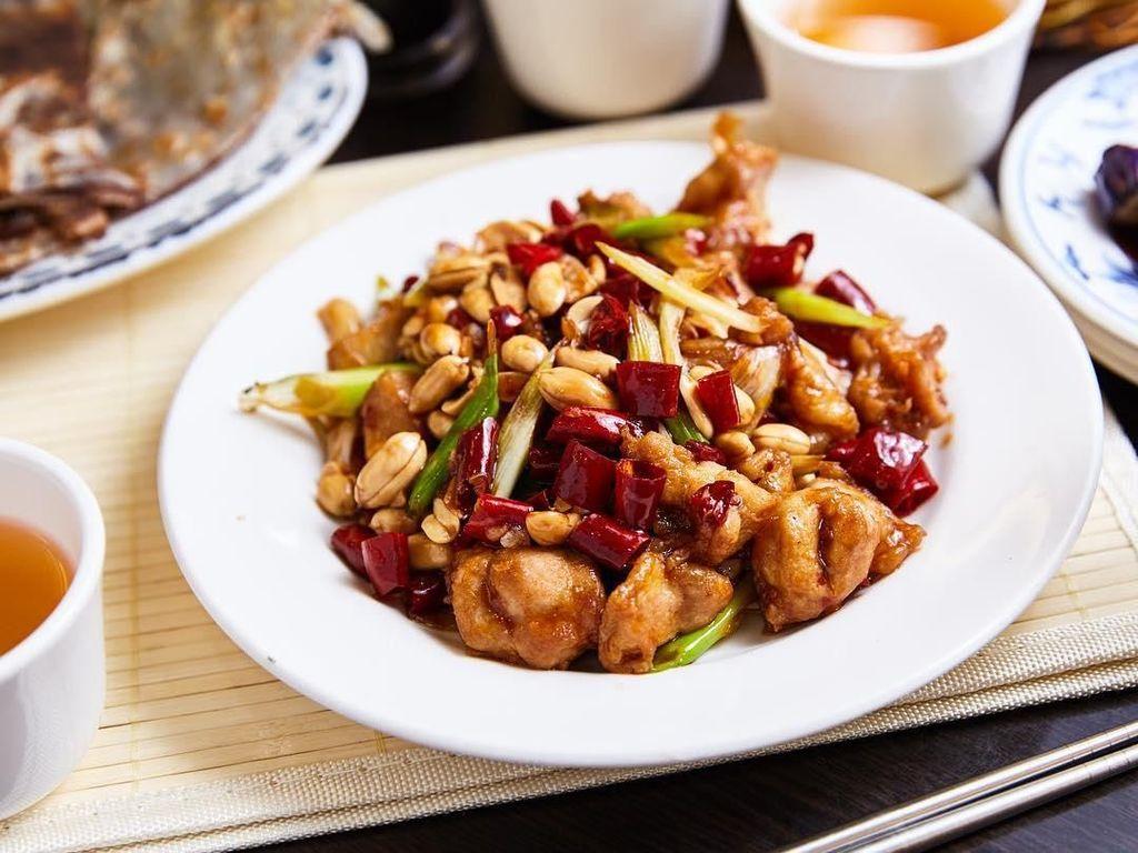 Kung Pao Chicken juga enak dibuat kering, tanpa kuah saus yang berlebih. Tekstur ayam jadi lebih renyah, dan rasa pedas dari irisan cabe jadi lebih menonjol. Foto: Instagram @shunyuanxiaoguan.