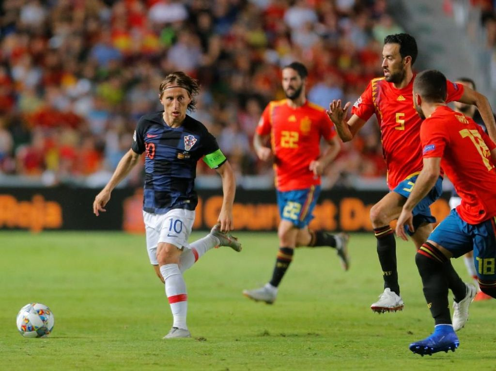 Luka Modric tak berkutik di laga itu. Dia cuma melakukan sebanyak 37 sentuhan di sepanjang pertandingan. (Foto: Heino Kalis/Reuters)