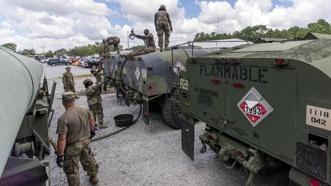 Para penduduk kemudian akan berpacu dengan waktu untuk mengungsi menuju kota Pelabuhan Wilmington sebelum jembatan penghubung diangkat pada Rabu. (U.S. Army National Guard/Sgt. Brian Calhoun/Handout via Reuters)