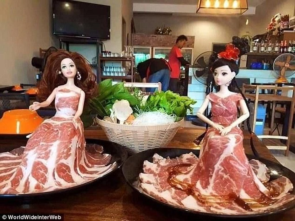 Kalau datang ke restoran sukiyaki pasti disajikan irisan daging sapi di atas piring. Tapi tidak di restoran ini. Pengunjung disuguhkan daging suki yang dijadikan gaun pada boneka barbie. Unik atau aneh nih? Foto: Istimewa