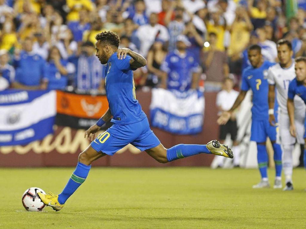 Neymar membobol gawang El Savador lewat titik putih di menit ke-3. Geoff Burke/ USA Today Sports/Reuters.