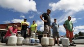 Warga Amerika Serikat bersiap menghadapi terjangan Badai Florence, yang disebut-sebut sebagai badai terkuat selama beberapa dekade belakangan. (Reuters/Randall Hill)