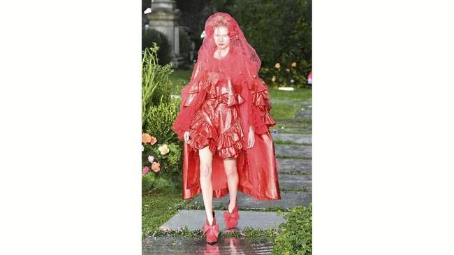 Untuk label fesyen yang dikenal dengan tingkat estetikanya yang halus dan moody, hujan dan mendung kali ini justru malah lebih menonjolkan koleksinya. (Slaven Vlasic/Getty Images/AFP)