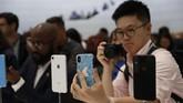iPhone XS diklaim dibekali layar kaca terawet untuk smartphone yang hadir dengan tiga opsi warna yakni Gold, Silver, dan Grey. (REUTERS/Stephen Lam)