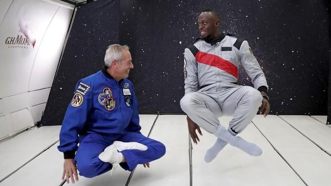 Usain Bolt mendapat kesempatan khusus mencoba gravitasi nol di dalam kabin khusus pesawat Airbus Zero-G. (REUTERS/Benoit Tessier)