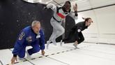 Usain Bolt menjajal kecepatan larinya di kabin khusus pesawat Airbus Zero-Gdi langit Reims, Prancis, Kamis (12/9). (REUTERS/Benoit Tessier)