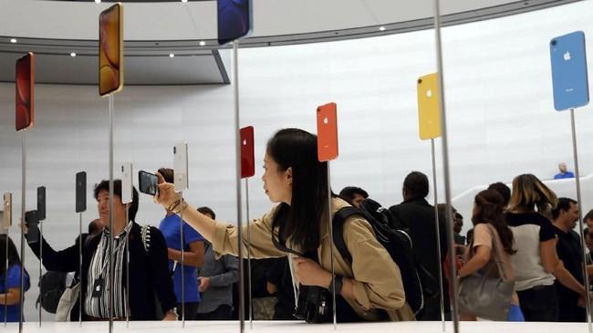 Apple mengklaim ketiga generasi terbaur iPhone memiliki daya tahan baterai lebih lama dari varian sebelumnya. (REUTERS/Stephen Lam)