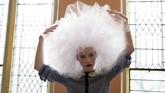 Seorang model berpose di belakang layar sebelum dimulainya peragaan busana New York Fashion Week untuk koleksi Musim Semi/Musim Panas di Manhattan, NY, Amerika Serikat. (REUTERS/Caitlin Ochs)