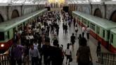 Keramaian penumpang di Stasiun Pyongyang, Korea Utara.