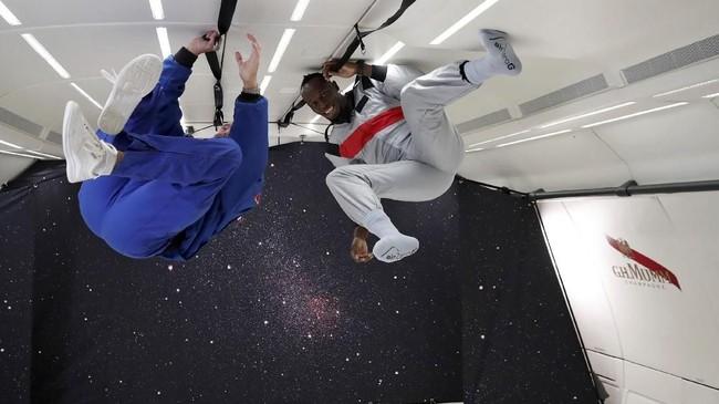 Usain Bolt menikmati efek gravitasi nol di kabin khusus pesawat Airbus Zero-G. Sprinter asal Jamaika itu banyak mencoba hal baru usai pensiun dari lintasan atletik.(REUTERS/Benoit Tessier)