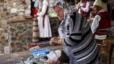 Aziza Sefitagic adalah satu-satunya wanita Bosnia yang masihmampu untuk merias para wanita muda di usianya yang sudah lanjut atas nama tradisi. (AFP PHOTO / Armend NIMANI)