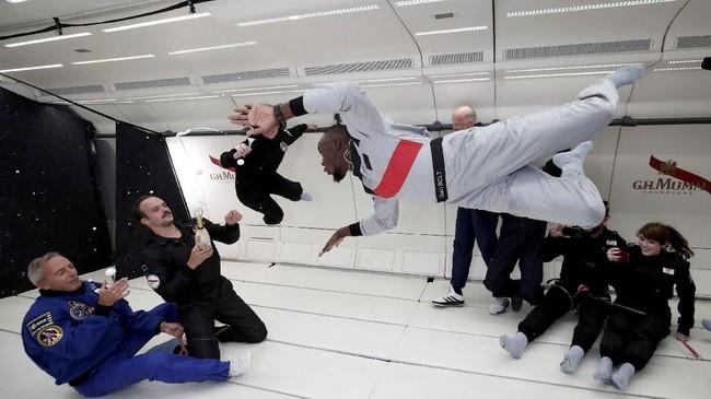 Usain Boly mencoba berbagai macam gaya di dalam kabin khusus pesawat Airbus Zero-G. Efek gravitasi nol di pesawat itu tercipta karena gerakannaik melawan gravitasi bumi. (REUTERS/Benoit Tessier)