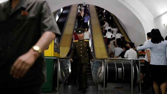 Layanan kereta di negara pimpinan Kim Jong-Un ini berada di bawah pengawasan Korean State Railway, satu-satunya perusahaan pengelola kereta di sana.
