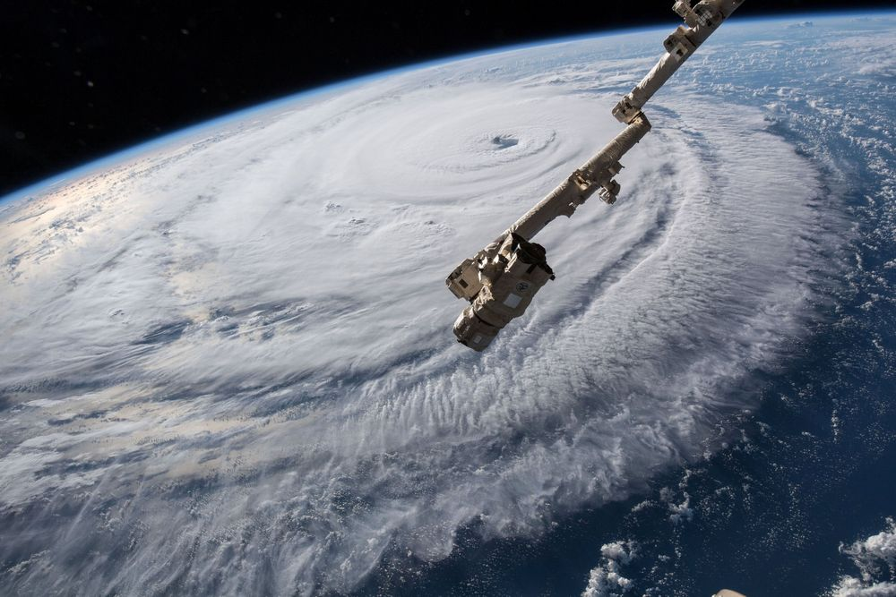 Pemandangan yang memperlihatkan badai Florence yangdiambil dari kameraStasiun Luar Angkasa Internasional (ISS). Badai tersebut bergerak dari Samudera Atlantik di barat, ke arah barat laut menuju garis pantai timur Amerika Serikat. (NASA/Handout via REUTERS)