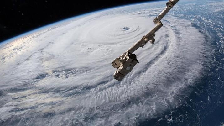 Badai tersebut bergerak dari Samudera Atlantik di barat, arah barat laut menuju garis pantai timur Amerika Serikat.