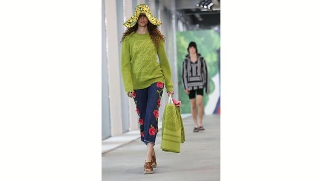 Tak cuma itu, topi floppy floral dan rok panjang fringe berwarna hijau lemon dan celana metalik hijau dan juga pantsuit. (REUTERS/Shannon Stapleton)