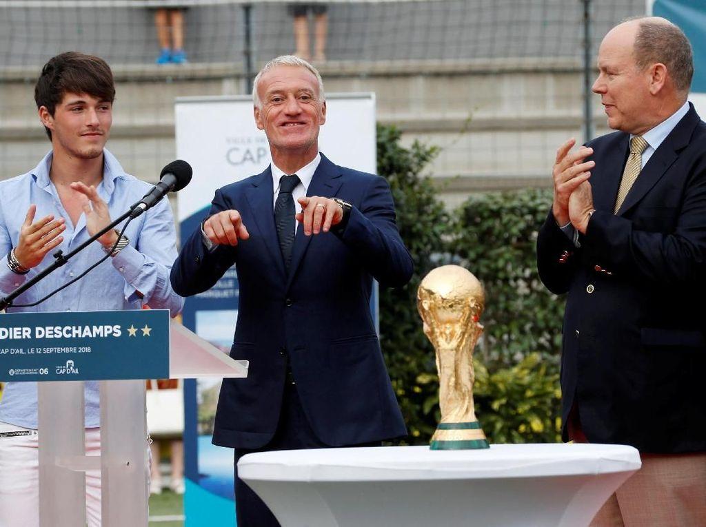 Ini kali kedua Les Bleus memenanginya. Sebelumnya, Prancis memenanginya pada 1998 di mana ketika itu Deschamps menjadi kapten tim. (Foto: Eric Gaillard/Reuters)