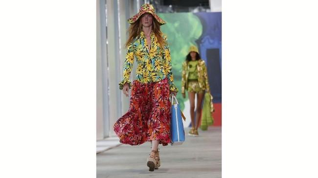 Michael Kors tampil kembali di New York Fashion Week. Dia mengangkat tema Sunny Side Up. (REUTERS/Shannon Stapleton)