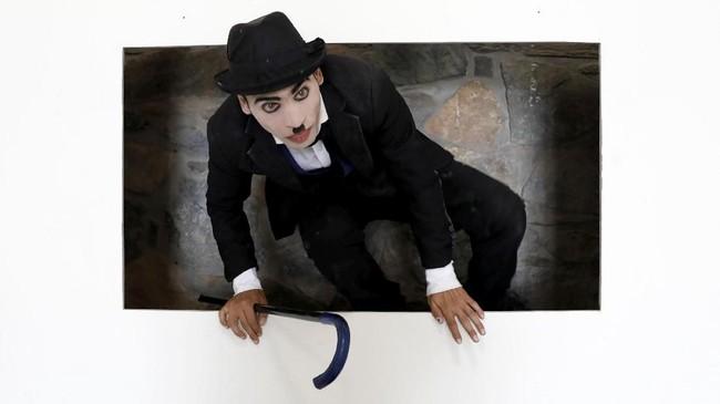 Bagi Karim Asir, sosok Charli Chaplin yang mampu menghibur dirinya di kala kecil dan jutaan orang di dunia lainnya bisa jadi obat bagi duka sesamanya. (REUTERS/Mohammad Ismail)