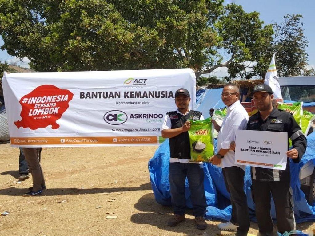 Bantuan kemanusiaan juga diserahkan secara simbolis oleh Direktur Askrindo Syariah Soegiharto kepada Integrated Community Shelter (ICS) ACT di Lapangan Gondang, kecamatan Gangga kabupaten Lombok Utara. Bantuan ini diterima oleh Kepala ACT Cabang NTB, Lalu Muhammad Alfian. Pool/Askrindo Syariah.