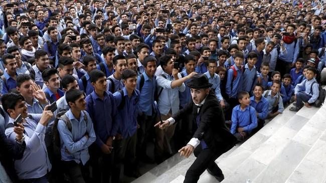 Ia tetap tampil menghibur warga Afganistan, baik di sekolah, di panti asuhan, di ruang publik, atau di acara yang diadakan lembaga kemanusiaan internasional. (REUTERS/Mohammad Ismail)