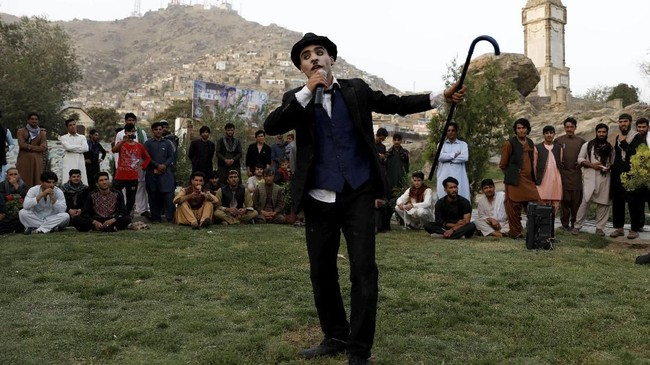 Tak mudah bagi Asir untuk bisa menghibur warga Afganistan. Penampilannya kerap dicap