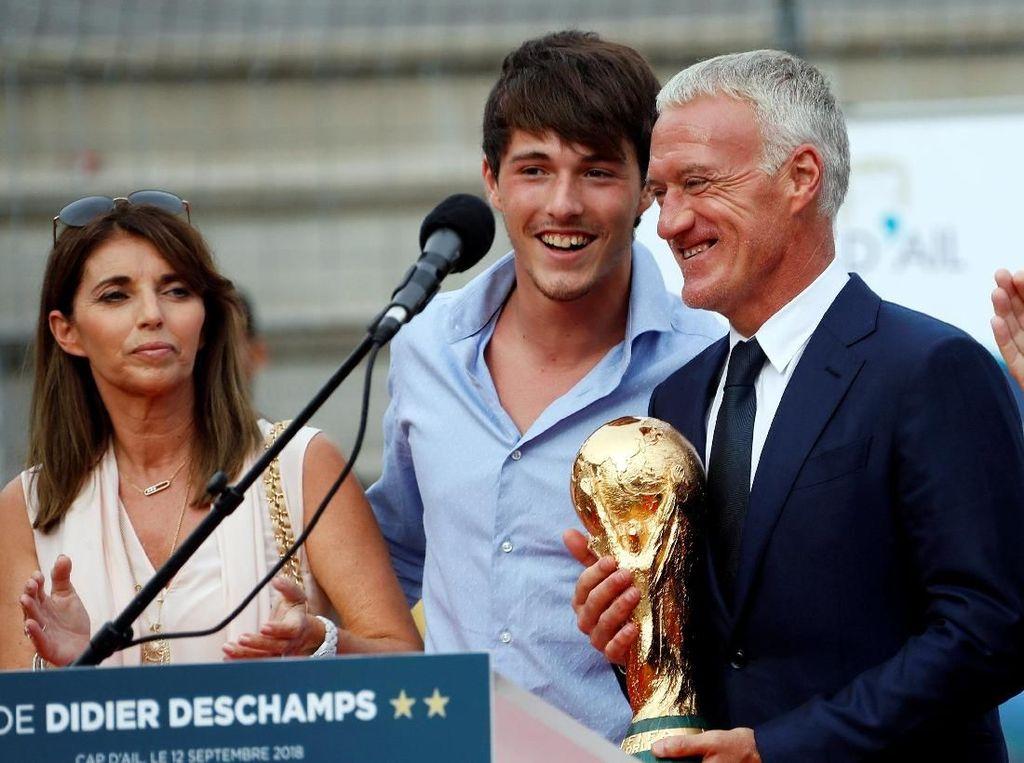 Deschamps pun masuk rekor. Diamenjadi orang ketiga yang pernah memenangi Piala Dunia sebagai pemain dan pelatih setelah Mario Zagallo (Brasil) dan Franz Beckenbauer (Jerman Barat). (Foto: Eric Gaillard/Reuters)