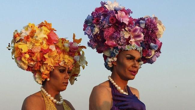 Dua waria yaitu Jojo Zaho dan Felicia Foxx berdiri berdampingan dengan kostum warna-warni saat digelarnya Broken Heel Festival di bagian barat New South Wales, Australia. Festival yang berlangsung tiga hari itu merayakan pembuatan film Australia berjudul Priscilla - Queen of the Desert. (REUTERS/Samantha Vadas)