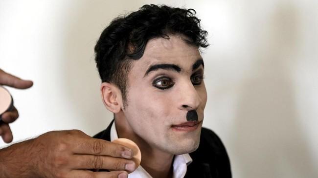 Komedian asal Afganistan, Karim Asir(25)mengaku memiliki niat tulus untuk melakukan sesuatu bagi negaranya. (REUTERS/Mohammad Ismail)