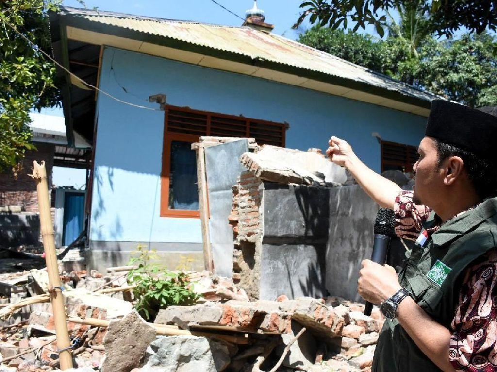 Kunjungan dan pemberian bantuan langsung itu diberikan ke korban gempa di Gunungsari, Lombok, NTB, Kamis (13/9). Foto: dok. PBNU