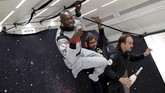 Usain Bolt menikmati sampanye di botol desain khusus gravitasi nol 'Mumm Grand Cordon Stellar' desain dari Octave de Gaulle. (REUTERS/Benoit Tessier)