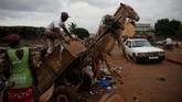 Ada pemandangan menarik di Bamako, Mali. Di sana, keledai-keledai 'bekerja' sebagai penarik gerobak sampah rumah tangga. (REUTERS/Luc Gnago)
