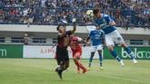 Persib Bandung yang berulang kali membukukan peluang hanya mencetak keunggulan 1-0 atas Arema ketika babak pertama usai. (ANTARA FOTO/Raisan Al Farisi/18)